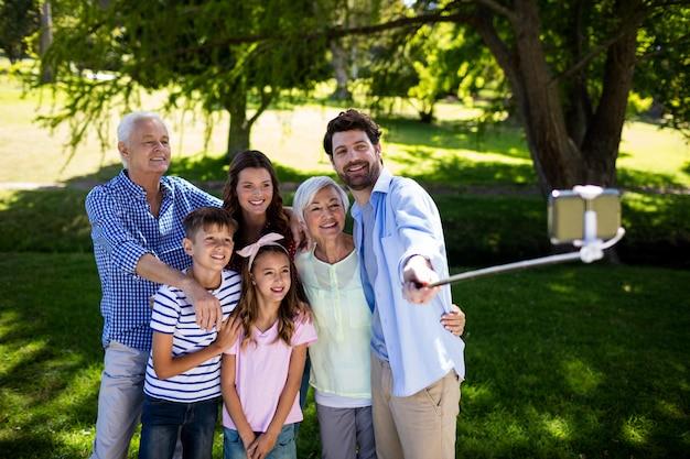Много поколение семьи, принимая селфи с селфи палкой