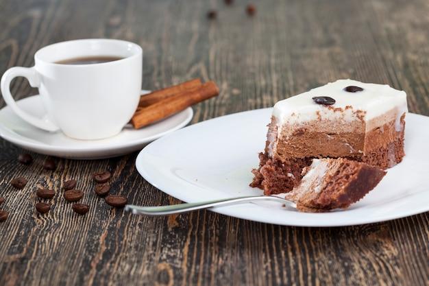 デザート用の多層ケーキ、各層が独自の色と味を持ったおいしいケーキ