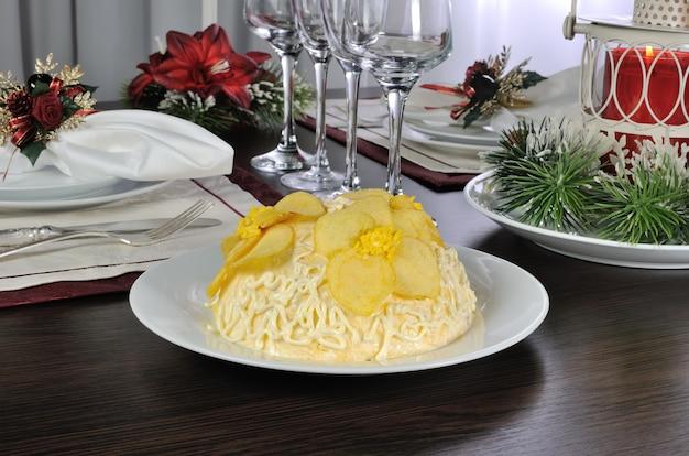 チップスの花とマヨネーズの多層サラダ