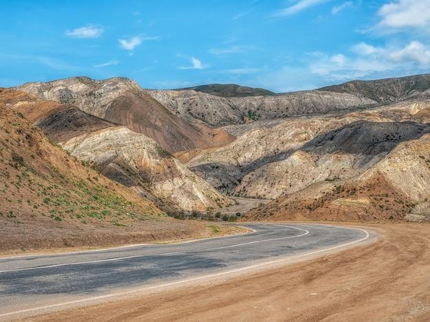 多層の色付きの山々、火星の砂漠の風景、色付きの山々を通る高速道路。ダゲスタン