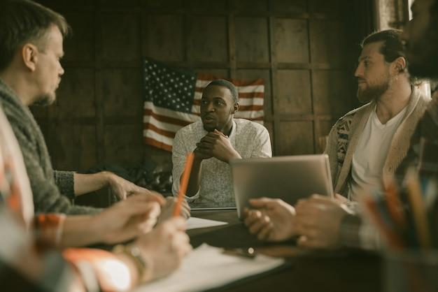 Многонациональная бизнес-группа общается в офисе