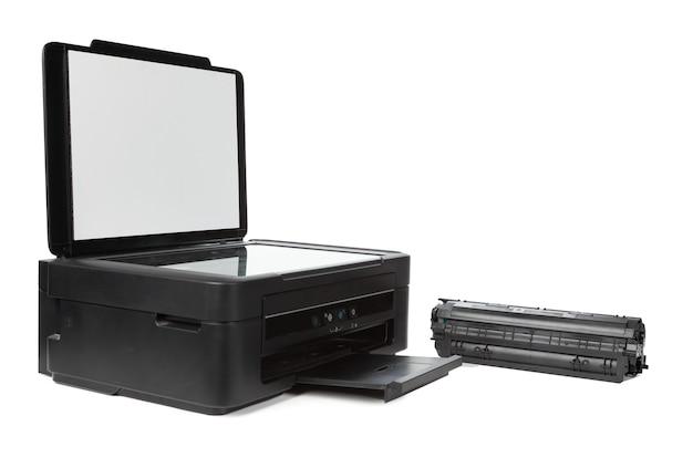 흰색 배경에 고립 된 다목적 가정용 프린터