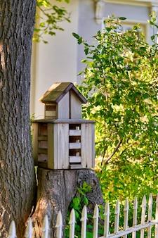 公園の木の切り株にある多層の鳥の家、鳥の餌箱