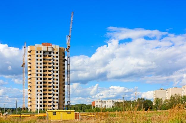 열린 시골에서 건설 중 다층 건물