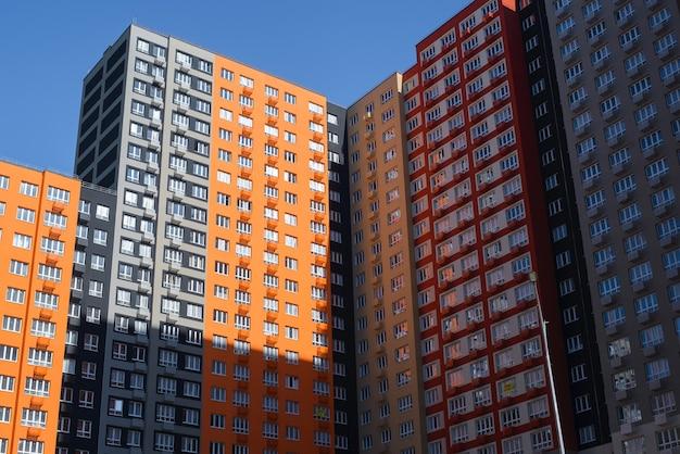 외부의 다층 건물. 주거용 아파트 단지, 상향식 보기. 낮에는 여러 가지 빛깔의 현대적인 건물.