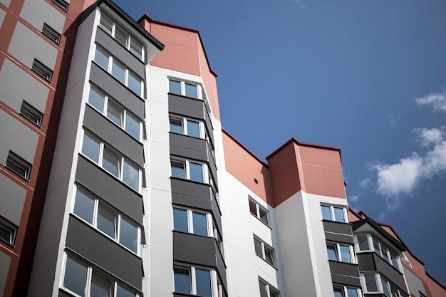 Многоэтажный современный жилой дом. жилищное строительство. жилой фонд. ипотечные кредиты для молодых семей.