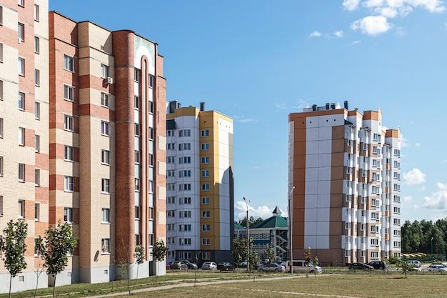Многоэтажный современный жилой дом. жилищное строительство. жилой фонд. спальный район. ипотечные кредиты для молодых семей.