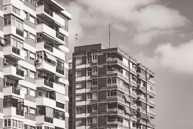 1970 년경 따뜻한 흑백으로 지어진 다층 주거용 건물