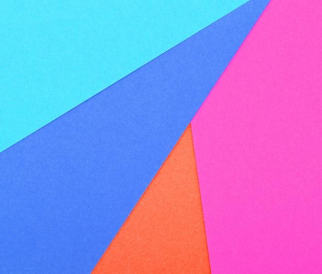 다른 색상의 골판지에서 여러 가지 빛깔의 배경