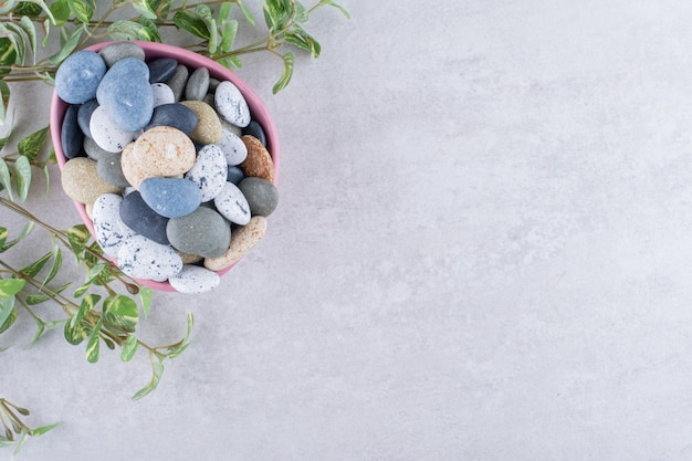 Разноцветные пляжные камни для крафта на бетонной поверхности