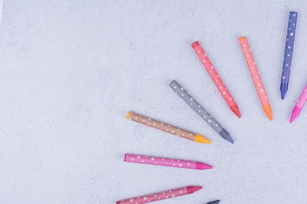 Разноцветные мелки или карандаши в геометрической композиции