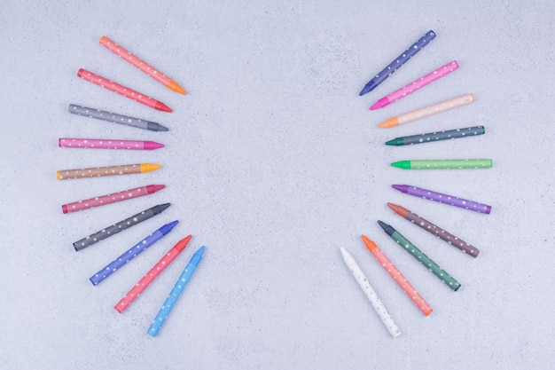 Pastelli o matite multicolori nella composizione geometrica