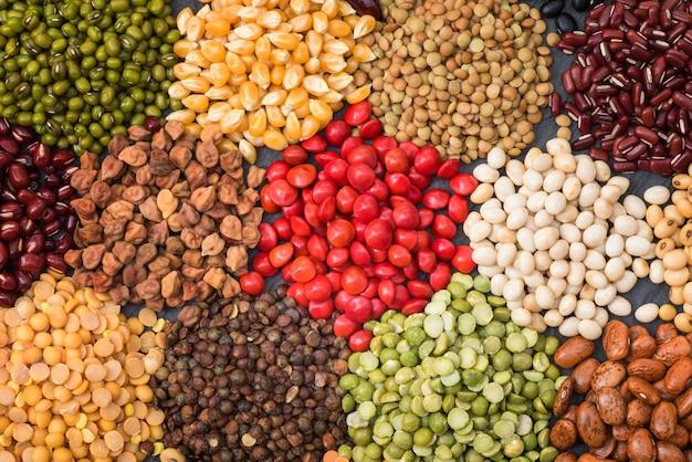 배경에 대한 여러 가지 빛깔의 말린 콩과 식물, 건강한 식습관을위한 다른 마른 콩