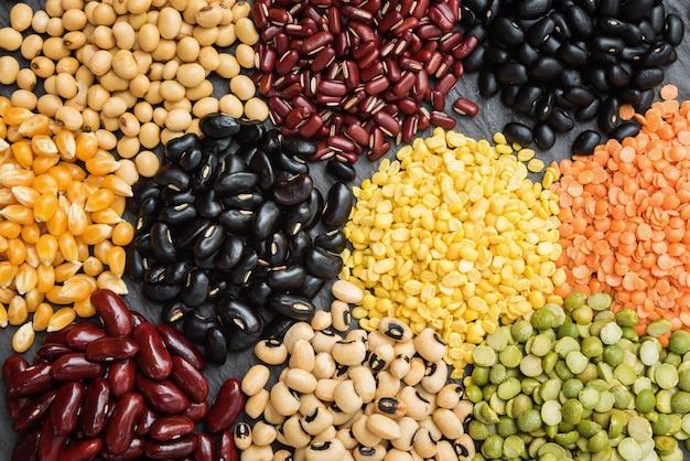 배경에 대한 여러 가지 빛깔의 말린 씨앗, 건강한 식습관을위한 다른 마른 콩