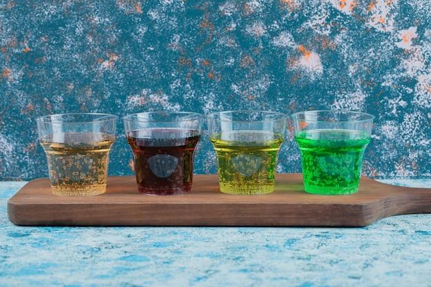 プラスチック製の使い捨てカップに入った多色ジュース