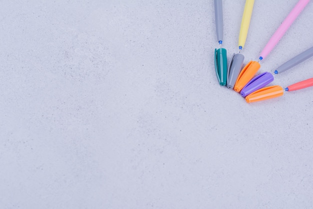 만다라 채색 또는 제작을위한 다색 선형 연필