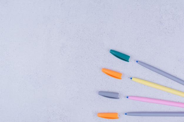 Matite multicolore del mestiere della mandala isolate sulla superficie grigia