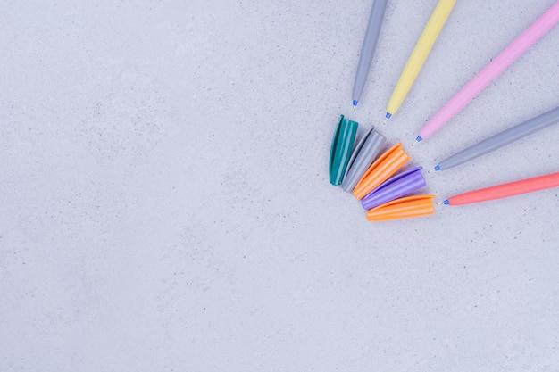 회색 표면에 고립 된 여러 가지 빛깔의 만다라 공예 연필