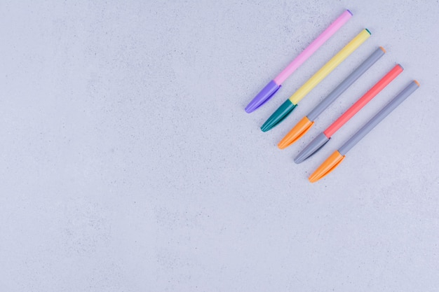 회색 표면에 고립 된 만다라에 대 한 여러 가지 빛깔의 펜