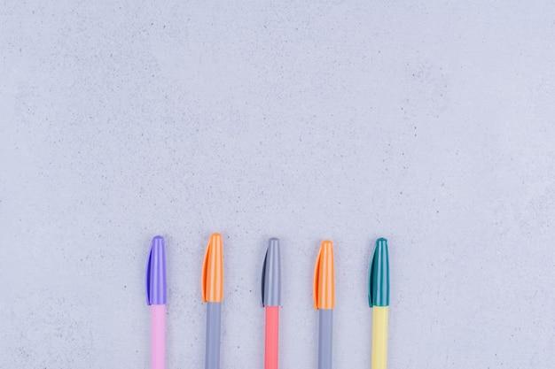 Penne multicolori per colorare mandala su grigio.
