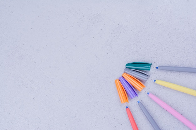 Penne multicolori per mandala isolato su superficie grigia