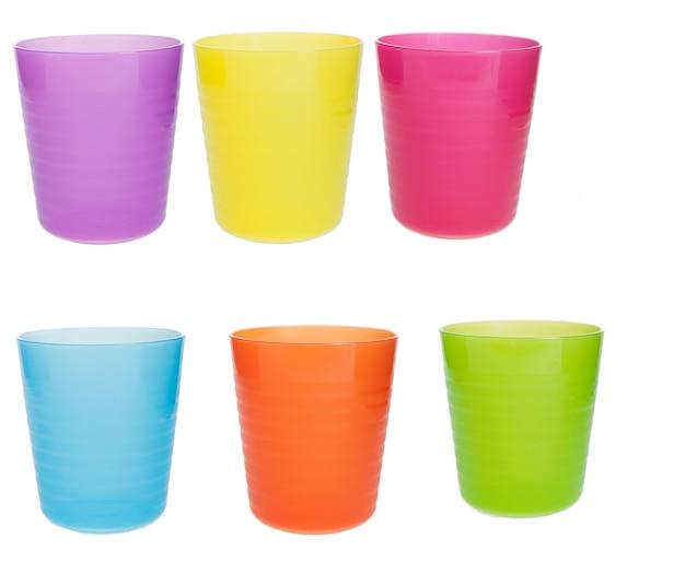 흰색 배경에 여러 가지 빛깔의 플라스틱 컵이 분리되었습니다. 현대적인 컵 디자인