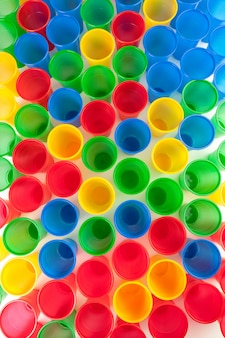 Разноцветные пластиковые стаканы изолированные