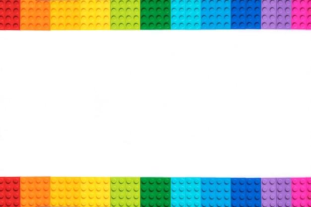 흰색 바탕에 여러 가지 빛깔의 plastick 생성자 벽돌입니다. 인기있는 장난감. 카피스페이스