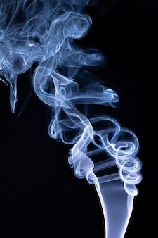 黒の背景に多色の煙の絵。概要。