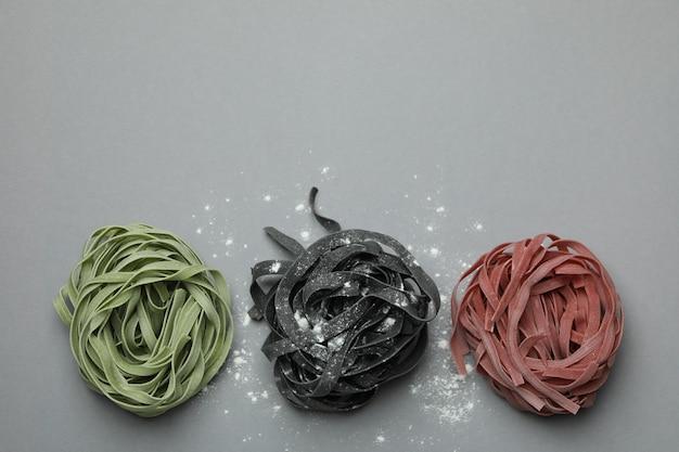 회색에 밀가루와 여러 가지 빛깔의 생 쌀된 파스타