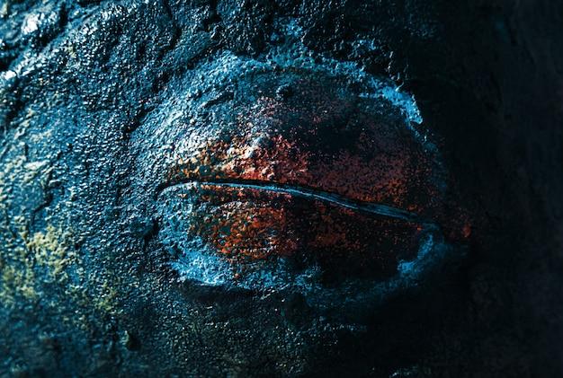 色とりどりの抽象的なさびた金属の背景。錆とマルチカラーのペイントで覆われた鉄の背景