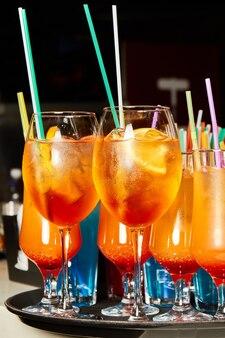 얼음과 빨대가 들어간 다색 알코올 및 무 알코올 칵테일