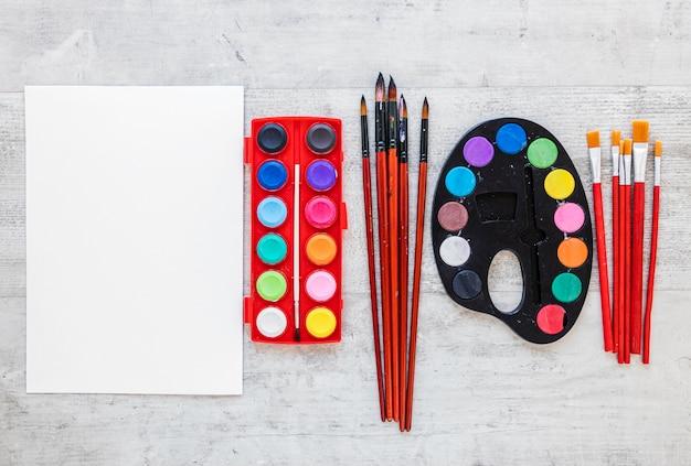 Tavolozze e pennelli multicolori dell'artista