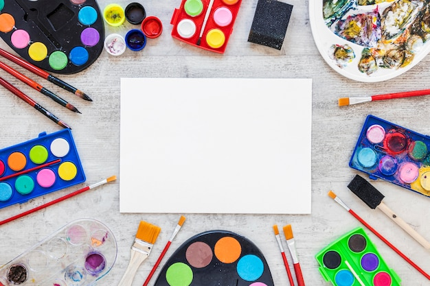 Vista dall'alto di tavolozze di artisti multicolori