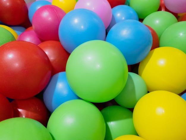 아이들이 집과 야외에서 놀 수 있는 마른 풀을 위한 여러 가지 빛깔의 공