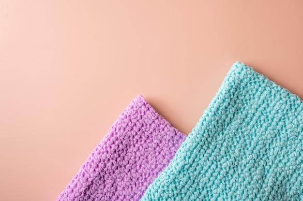 Разноцветные полотенца для ванны и спа треугольной формы на розовом