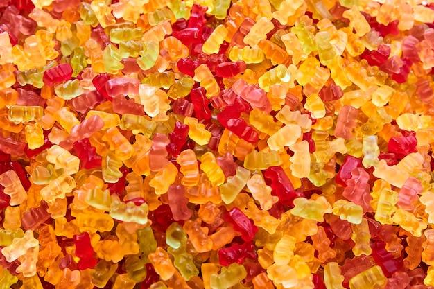 Разноцветные мармеладные конфеты в форме медведя