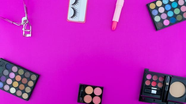 여러 가지 빛깔의 아름다운 아이섀도 팔레트와 분홍색 배경의 메이크업을 위한 다양한 화장품 액세서리 미용 제품 메이크업 코스메틱 여름 아이 섀도우