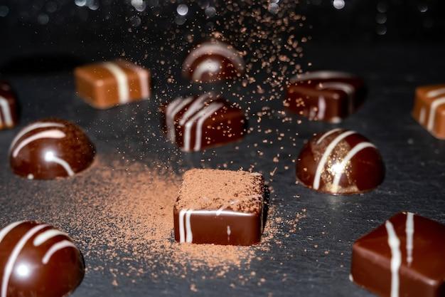 Разноцветные, красиво оформленные конфеты ручной работы с начинками.