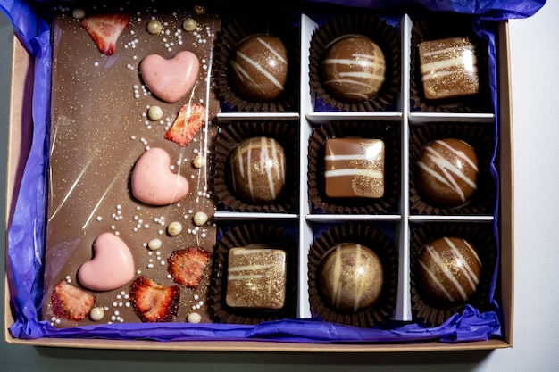 色とりどりの美しく装飾された手作りキャンディー。