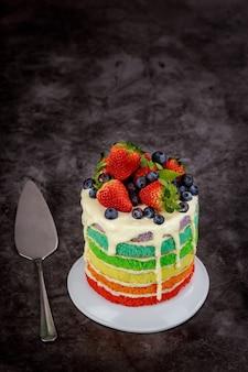 新鮮なベリーで飾られた色とりどりのバースデーケーキ。