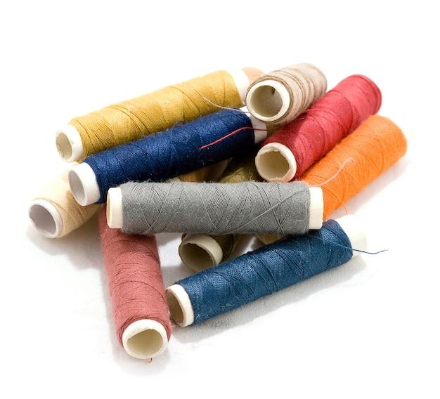 바느질 면실의 여러 가지 빛깔의 보빈