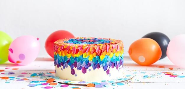 子供たちのパーティーのための色とりどりの明るいケーキ。休日とパーティーのコンセプト。