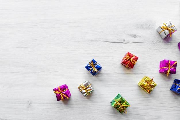 Разноцветные яркие праздничные подарочные коробки