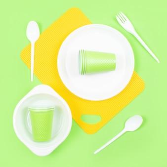 色とりどりの明るいプラスチック製の使い捨て食器