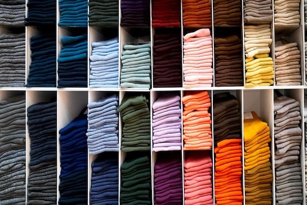 店内の棚に色とりどりの明るい靴下。