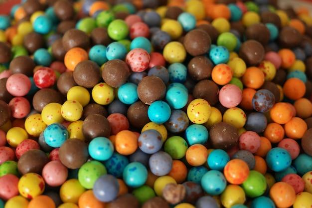 여러 가지 빛깔 된 사탕 배경입니다. 컬러 글레이즈로 덮인 초콜릿 캔디 당의정. 프리미엄 사진