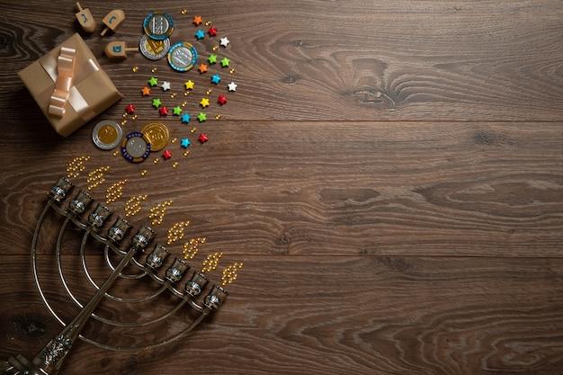 Разноцветные конфеты, ханукия, блестки, вид сверху