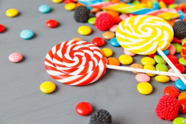 色とりどりのキャンディーとロリポップ