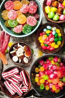 ボウルに色とりどりのキャンディー、ゼリー、マシュマロ。